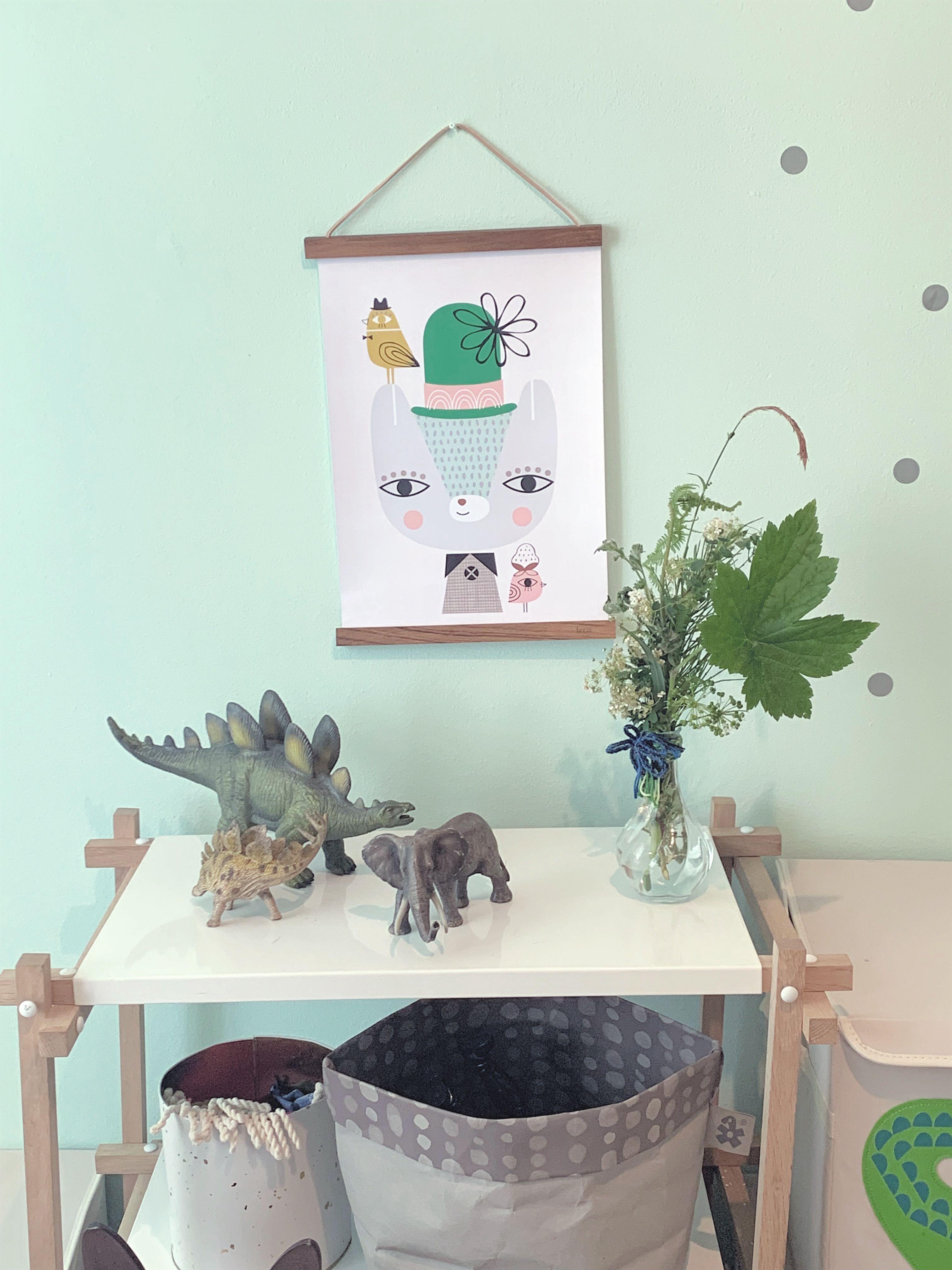 Das Poster Wird Gehalten Von Fermliving Holz Posterrahmen Aufbewahrungskorbe Von Sebra Kinderposter Kinderz Kinder Zimmer Poster Kinderzimmer Kinderzimmer