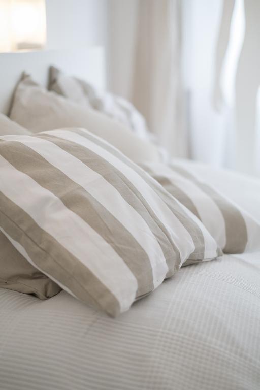 Kuschlige Kissen im modernen Streifenlook - perfekt für erholsame - schlafzimmer einrichten beige