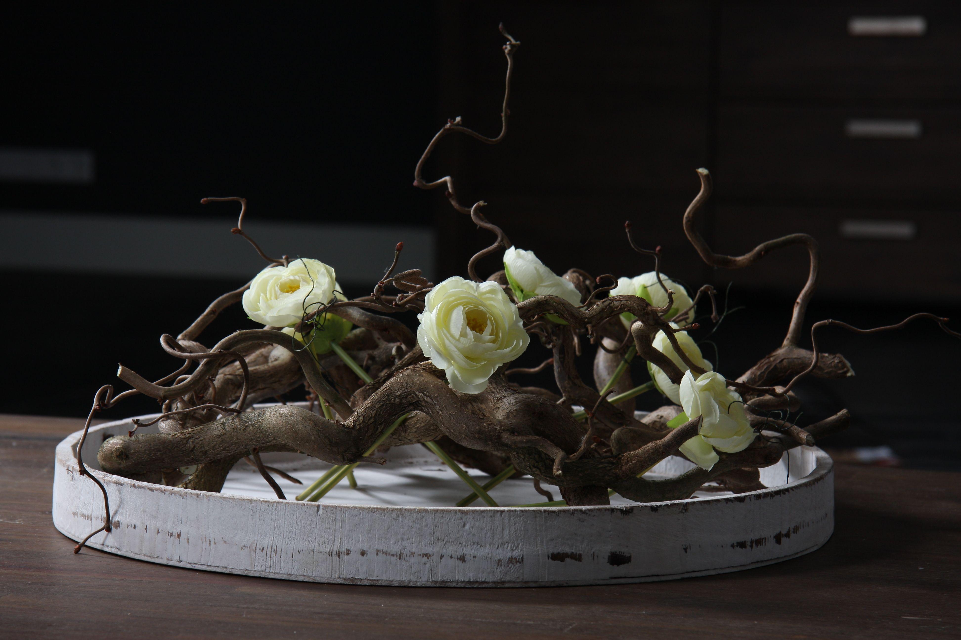 schaal opgemaakt met kronkeltakken en zijde roosjes. www.decoratietakken.nl