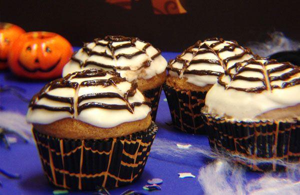 Muffin di torta margherita decorati con cioccolato fuso.
