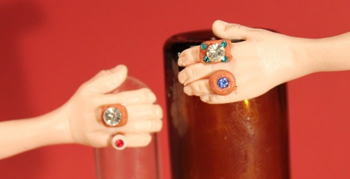 Die Hände werden auf kleinen Glasgefäßen modelliert