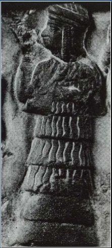 Enheduanna, in abbigliamento da Somma Sacerdotessa offre libagioni rituali alla dea Ishtar