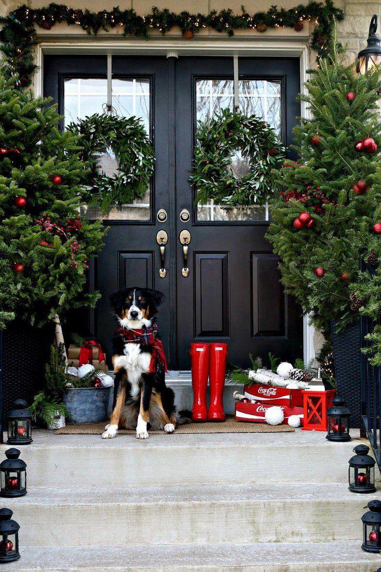 Decorations De Noel A L Americaine 57 Idees Traditionnelles En Rouge Et Vert Decoration Noel Porches De Noel Decoration Noel Maison
