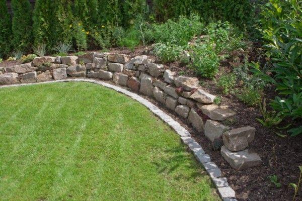 Gartengestaltung mit einer trockenmauer l denscheid for Jardineria al aire libre casa pendiente