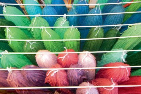 La Laine des Coccinelles: écheveaux filés et teints à la main. Mélange de 50% Texel et 50% laine mérinos.
