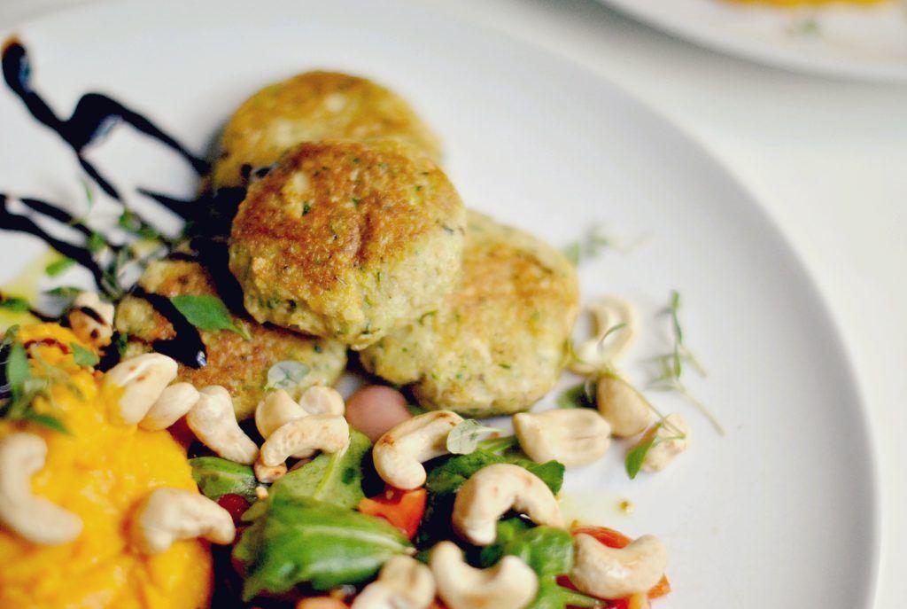 Zucchinipuckar med sötpotatispuré & cashew