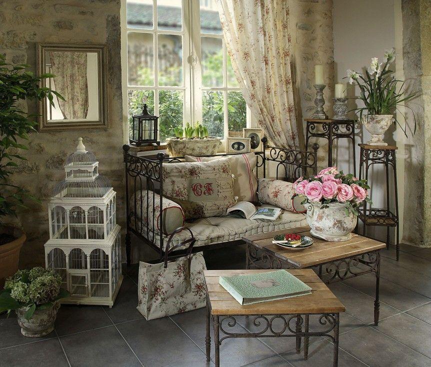 canap en fer forg de chez comptoir de famille avec une cage d 39 oiseau blanche un vase en. Black Bedroom Furniture Sets. Home Design Ideas