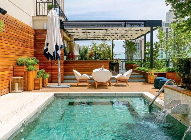 Jardim piscina e boa marcenaria repaginam cobertura de - Medidas de piscinas de casas ...