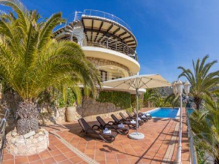 Villa de alquiler con vistas panoramicas al mar en moraira for Alquiler villas con piscina privada
