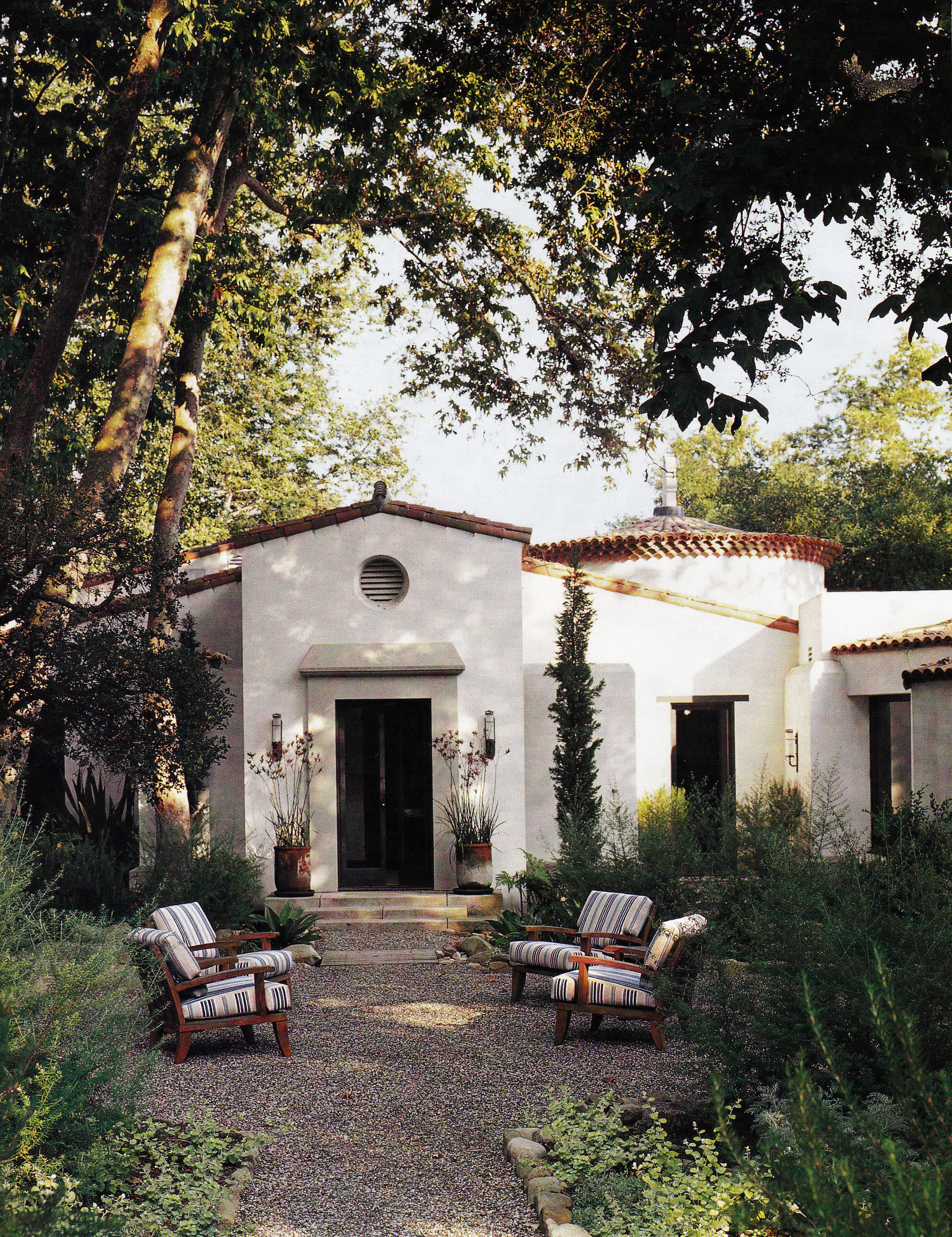 Mark Weaver S Montecito Home Courtyard With Crushed Stone Outdoor Sitting Area Fountain House Exterior Spanish Style Homes Spanish House