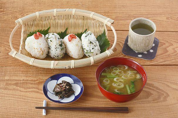 日本の手仕事・暮らしの道具を扱うcotogotoでは「片口丸そうけ・手つき楕円ざる」をご紹介しています。