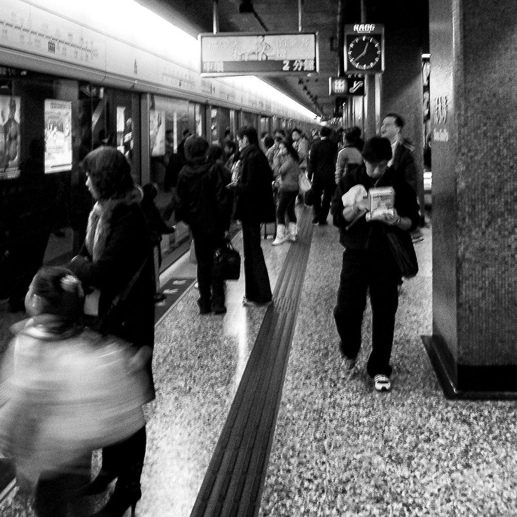 Untitled - Hong Kong (香港)  . . . Image: © Rod Mountain  . .  #unlimitedhongkong #hongkongtrip #everydayasia #tourism #theglobewanderer #travelphotography #TheGlobeWanderer #passionpassport #ourstreets #streetdreamsmag #storyofthestreet #streets_storytelling #people_infinity #unposedcollective #streetlife #latergram #agameoftones #foammagazine  #balkancollective #xposuremag #superhub #reportage #traveldocumentary #FriendsinBNW #friendsinstreets #instagood #photooftheday