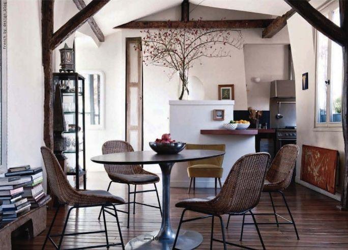 Un tavolo tondo in stile anni '60 sedie colorate di Charles and ...