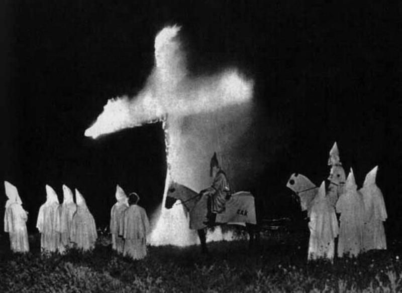 Der Ku Klux Klan Kkk Verbrennt Ein Kreuz Als Teil Ihrer