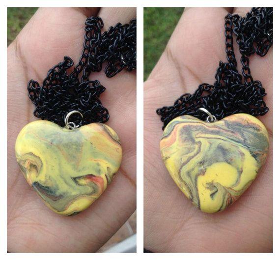 Collar de corazon amarillorojo y negro marmoleado por Salocraftshop