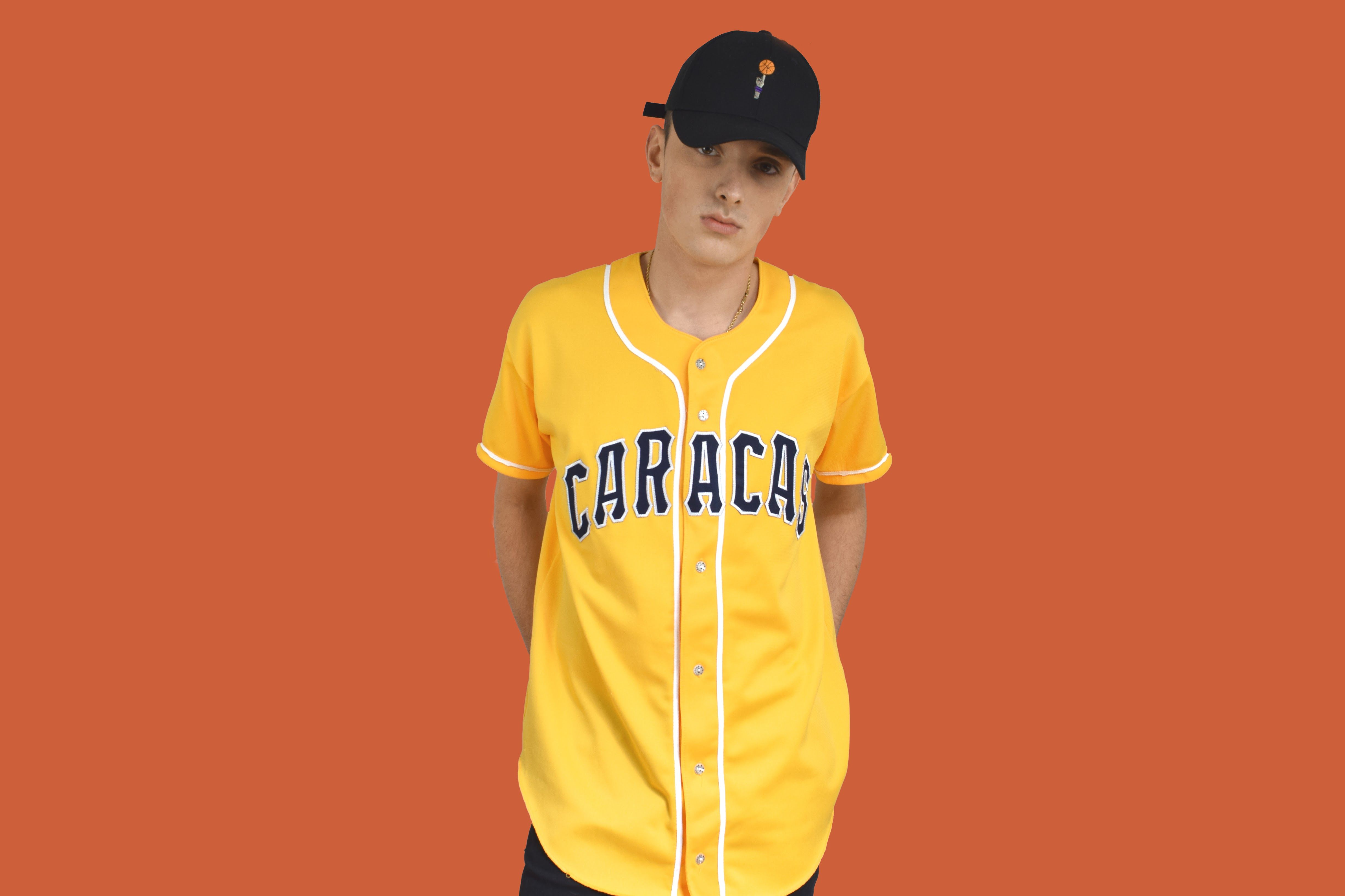 ec9898befa8b5 Camisa amarilla beisbol CARACAS. Moda vintage. Kaamul Vintage. Ropa  americana.