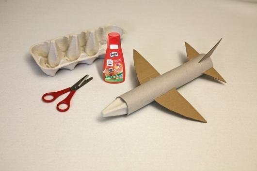 Flugzeug aus Küchenrolle, Eierkarton und Klopapier Rolle ...