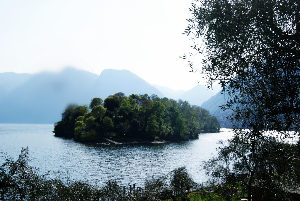 """ISOLA COMACINA - LAGO DI COMO """"Un lungo abito gioiello bluette, boho-chic, che mi lascia scoperte le spalle abbronzate, l'aria fresca di una serata sul lago, una romantica cena di pesce sul ponte della barca illuminata da candele colorate…"""" Segue su: http://apinchofgingerspice.com/2016/07/02/navigando-l-isola-comacina/"""