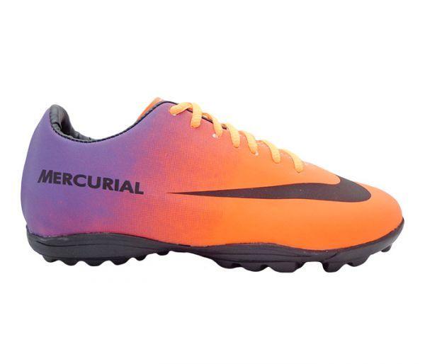 Chuteira Nike Mercurial Laranja e Roxo - Apresenta cabedal confeccionado em  material sintético. Conta com 442df96e556d7