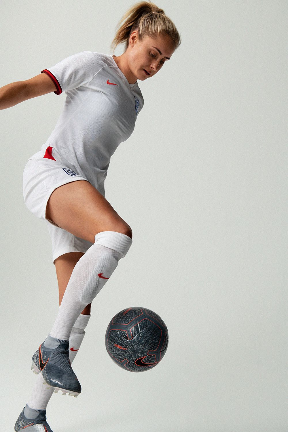 Accented By Dark Cuffs The New 2019 England Home Jersey Is A Fresh Take On The Tradition In 2020 England Ladies Football Womens Football Women S Soccer Team