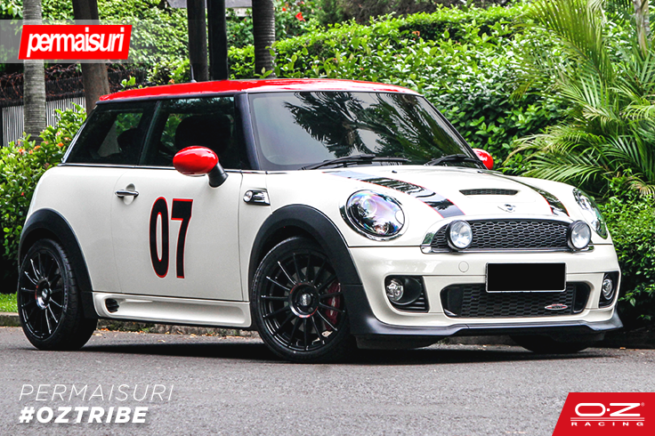A great pic of a Mini Cooper R56 with our OZ Superturismo LM