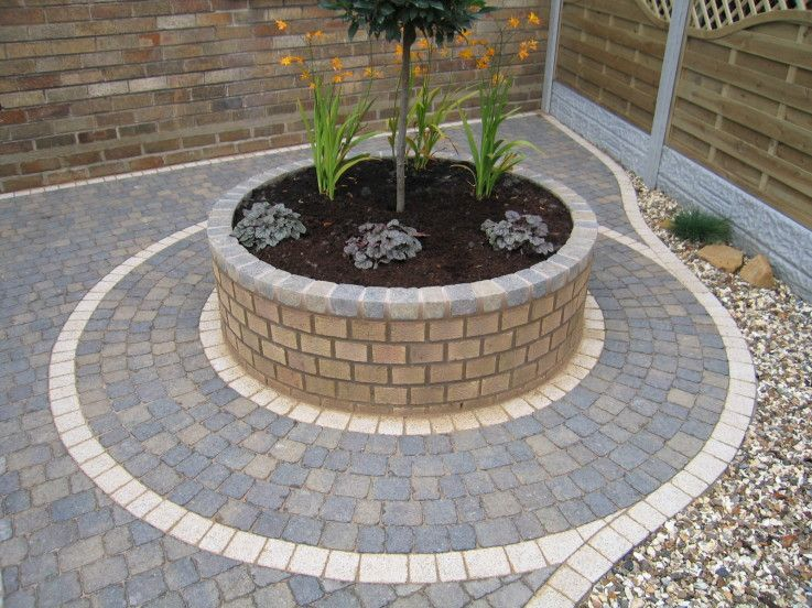 Circular brick planter outside the house pinterest for Round flower bed ideas