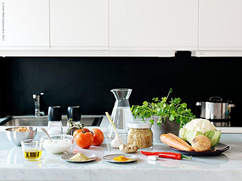 Lysande gul och nyttig är den lättlagade grönsakscurryn.Piggar upp på bordet en gråmulen vardag i mars. Passar även perfekt att göra några extra portioner av till matlådor så har du lunchen fixad också!Olle från Restaurang Parkliv, gästkock på Livet Hemma.