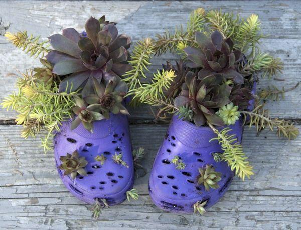kreative gummi recycling ideen alte lila schuhe als blumen töpfe