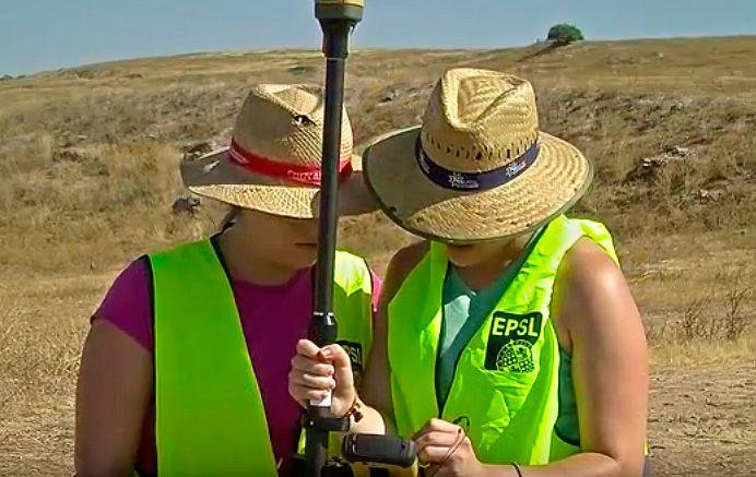 Foto de dos universitarias realizando unas mediciones