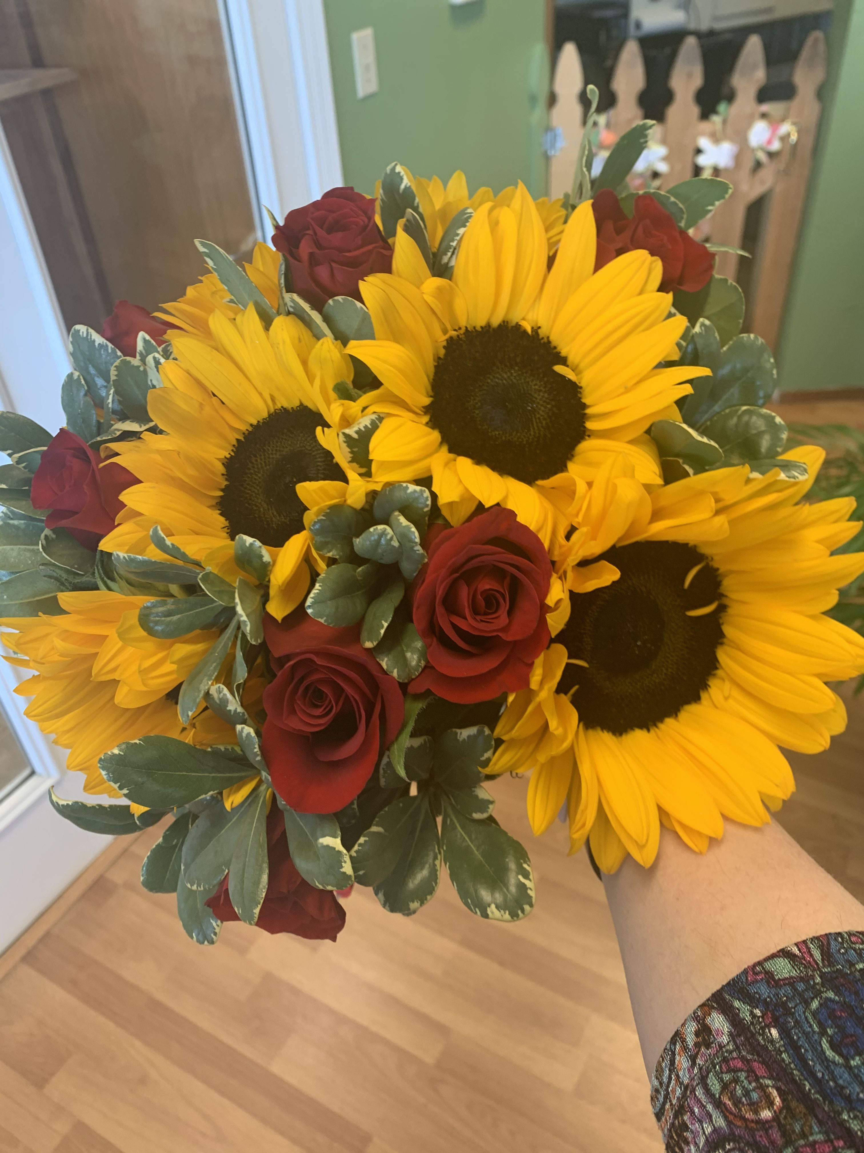 Sunflower And Rose Bouquet In 2020 Flower Delivery Order Flowers Online Order Flowers