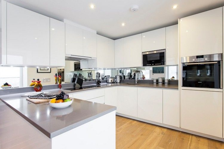 Hochglanz weiß Küchenzeile, graue Arbeitsplatte und verspiegelte - küche hochglanz weiss