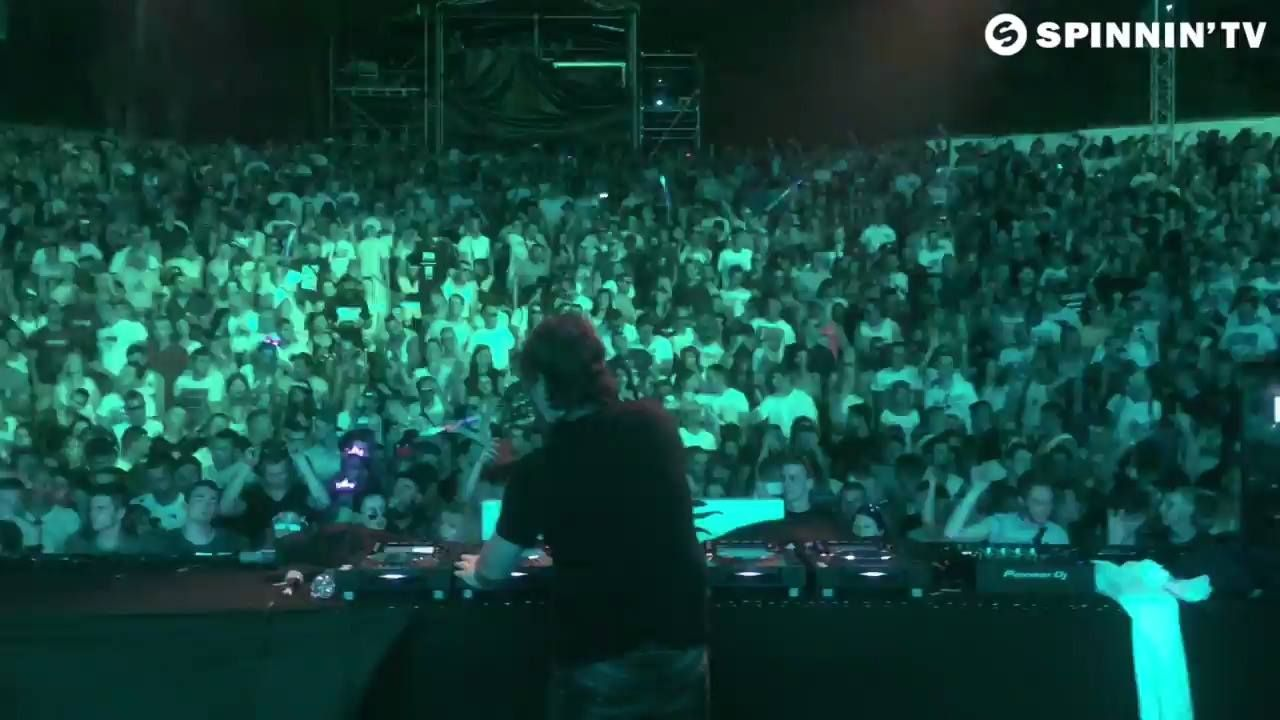 EDX entertaining the crowd with his spectacular 'My Friend'!