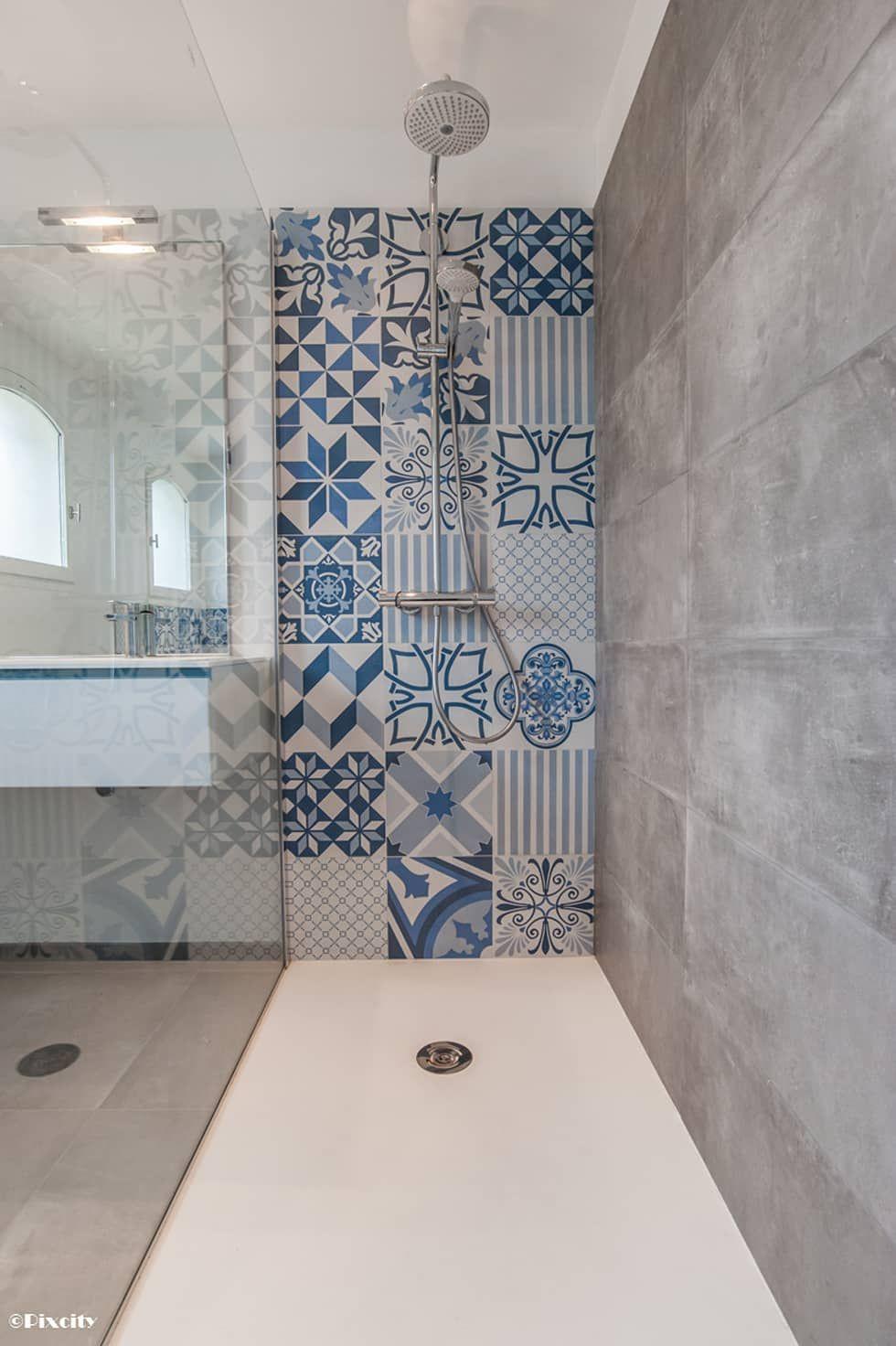 Salle de bains et carreaux ciment bleus par pixcity moderne ...