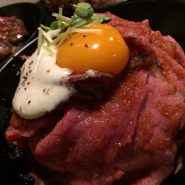 """これもうまかった この食べ物の名前は.. """"ローストビーフ丼"""" だ!!! #redrock #肉 #instafood #l4l #f4f"""