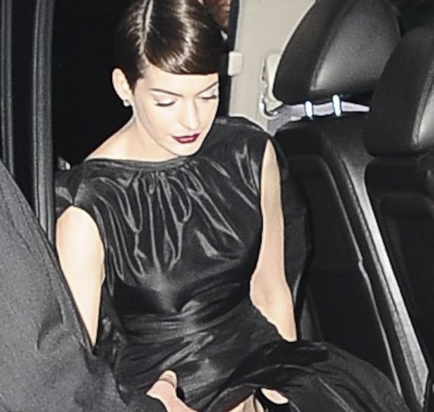 Anne Hathaway Singing Les Miserables Video: Anne Hathaway Stunned Photographers At The