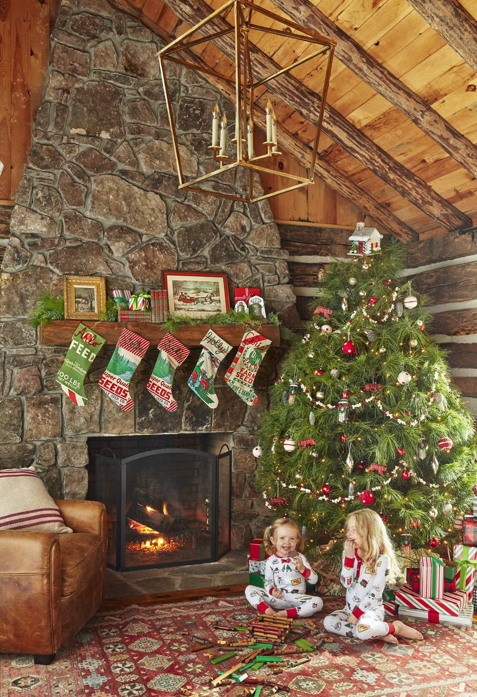 This Charming Tennessee Cabin Is The Epitome Of Rustic Christmas Decor Christmas Decorations Rustic Fun Christmas Decorations Christmas Mantel Decorations