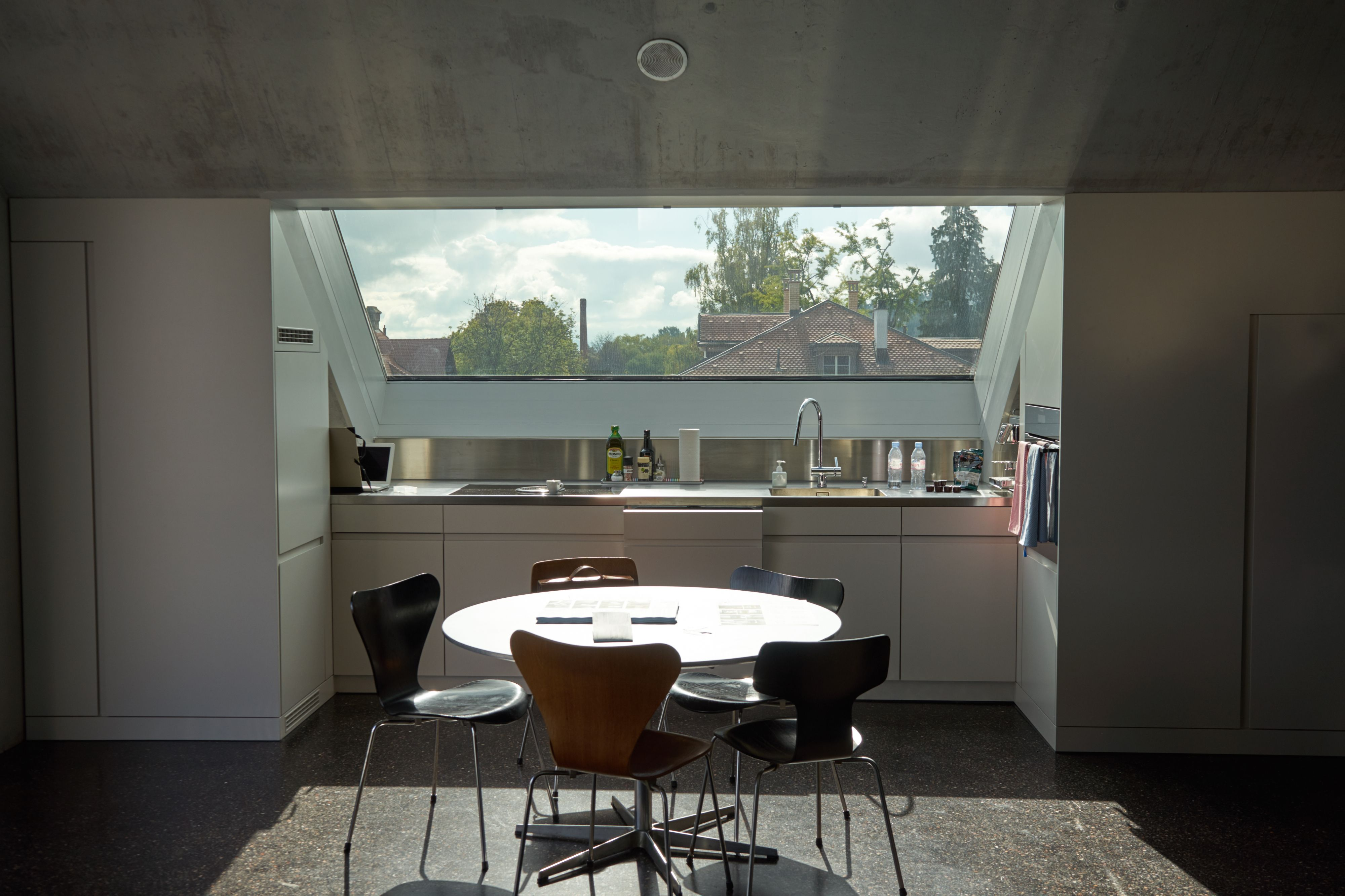 Die Küche mit dem riesigen Dachfenster, Wohnhaus Solaris ...