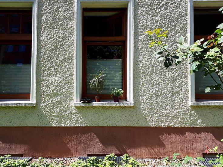 groß Dekorieren einer Fensterbank im deutschen Stil. groß  Dekorieren einer Fensterbank im deutschen Stil.