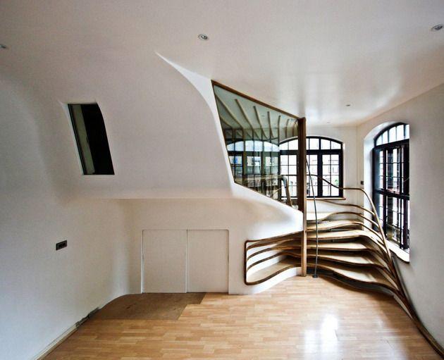 Design-Treppe aus Holz organische struktur eingebaute regale wand - holz treppe design atmos studio