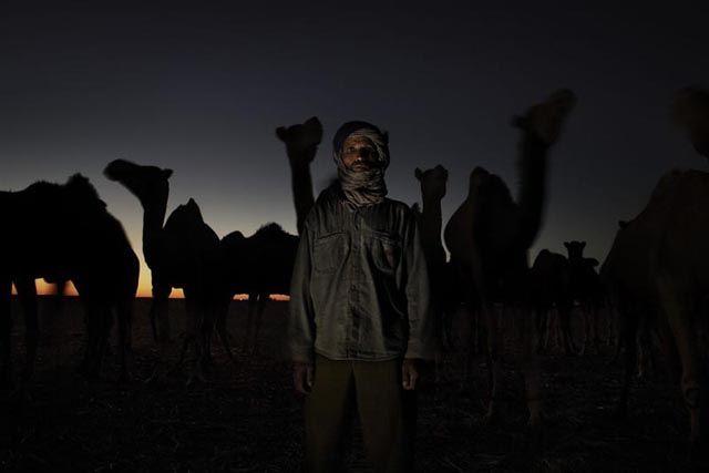 Camellero de 47 años, fotografiado en el desierto por Andrew McConnell