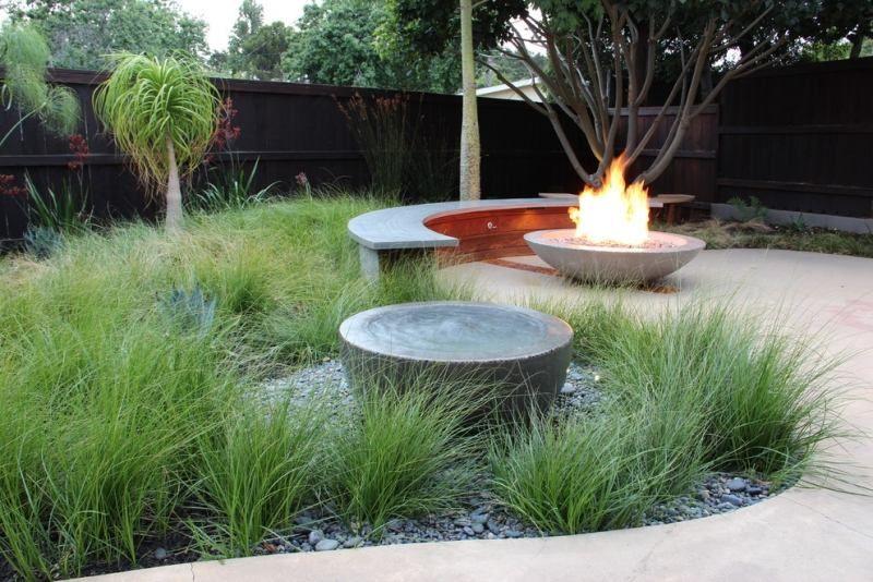 Gartenbank aus Beton und Feuerschale bilden bequeme Sitzgruppe - feuerschale im garten