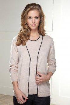 Le gilet bicolore crème en laine Cashwool®. A associer au pull pour un parfait twin-set.  Maille de fabrication française.