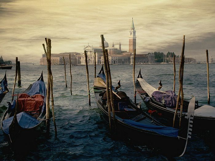 Gondolas Venice Italy.jpg 700×525 pixels