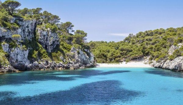 Ab an den Strand! Du möchtest mal wieder einen traumhaften Badeurlaub erleben, und das am besten mit ganz viel Sonne, Strand und Meer? Entspannung und Erholung pur bietet das 4-Sterne Erwachsenenhotel auf Menorca - 7 Tage ab 499 € | Urlaubsheld