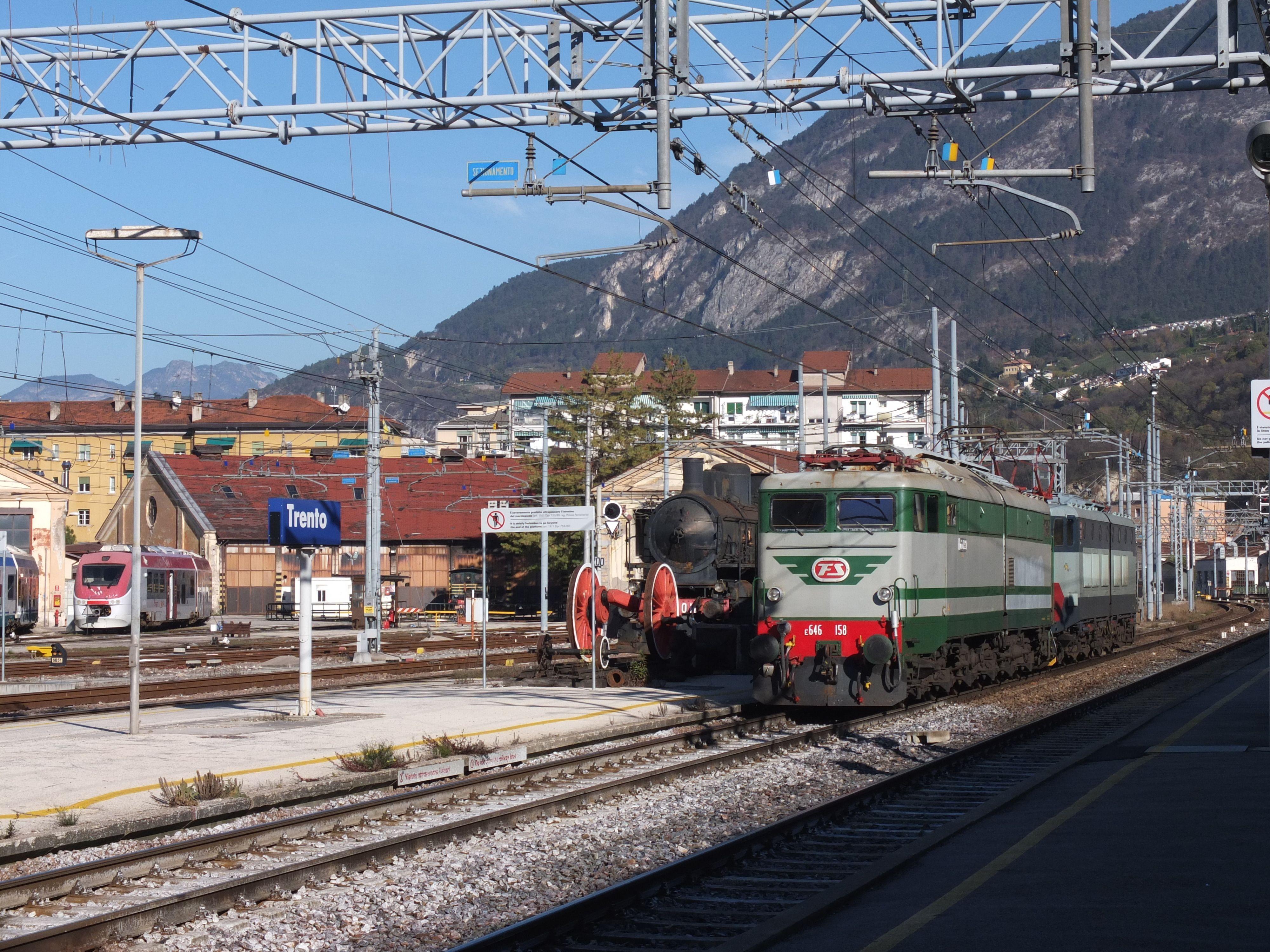 Un'immagine del treno storico che ha condotto, domenica 23 novembre, i viaggiatori a bordo delle carrozze d'epoca degli anni '50 e '60 da Milano Lambrate a Trento, per i Mercatini di Natale.