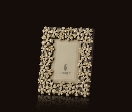 L'Objet Garland Gold Picture Frame  GARLAND – F7001  Emulating centuries of fine jewelry design and technique, every L'OBJET frame is meticulously handcrafted with details as Swarovski crystals, 24K gold or platinum plating, beveled glass, satin lining and Italian leather backs.   24K Gold-Plating Swarovski Crystals: Yellow Measures: 2″ x 3″ , 5cm x 8cm Available in 2×3, F7001xs 4×6, F7001s 5×5, F7001sq 5×7, F7001M 8×10, F7001L