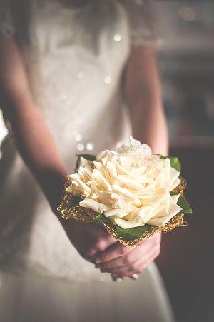 duża jasna róża jako bukiet ślubny, bukiety ślubne 2015