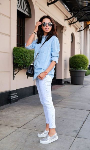 Look masculino com camisa social azul, calça branca e sapato