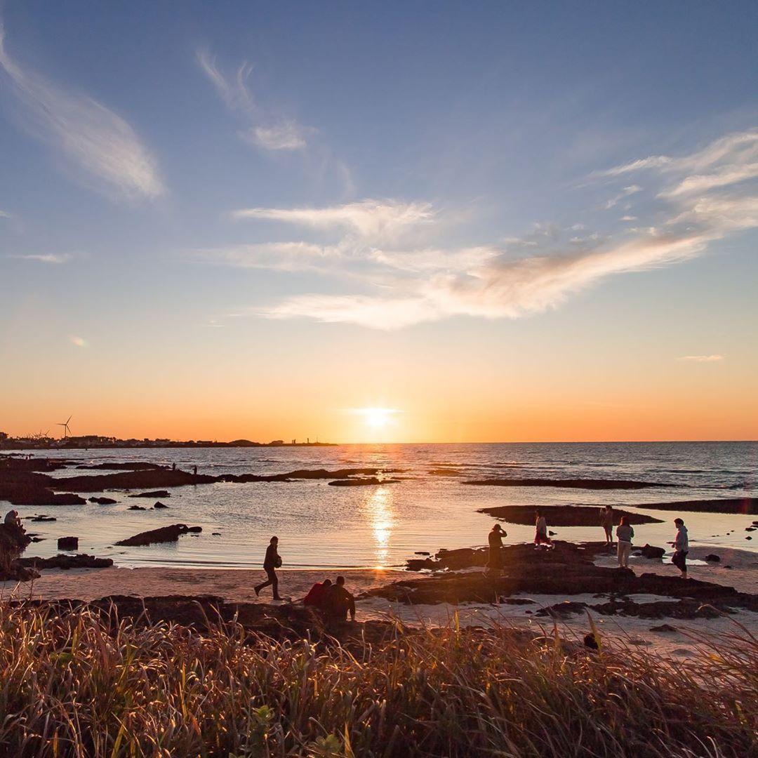 O meu #tbt foi desse lindo por do sol. Naquele momento esqueci todos os problemas e aproveitei a beleza que a natureza tem. Desfrutando deste lindo cenário acompanhada da melhor pessoa! 📸 Oh JunYoung  #sunset #sun #sea #beach #mar #pordosol #instapic #jeju #jejudo #southkorea #제주 #제주도 #대한민국 #해넘이