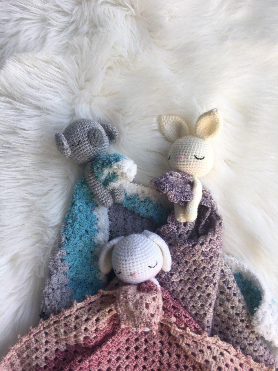 Amigurumi, adorables bébés lapins au crochet avec une robe et une ... | 1280x960